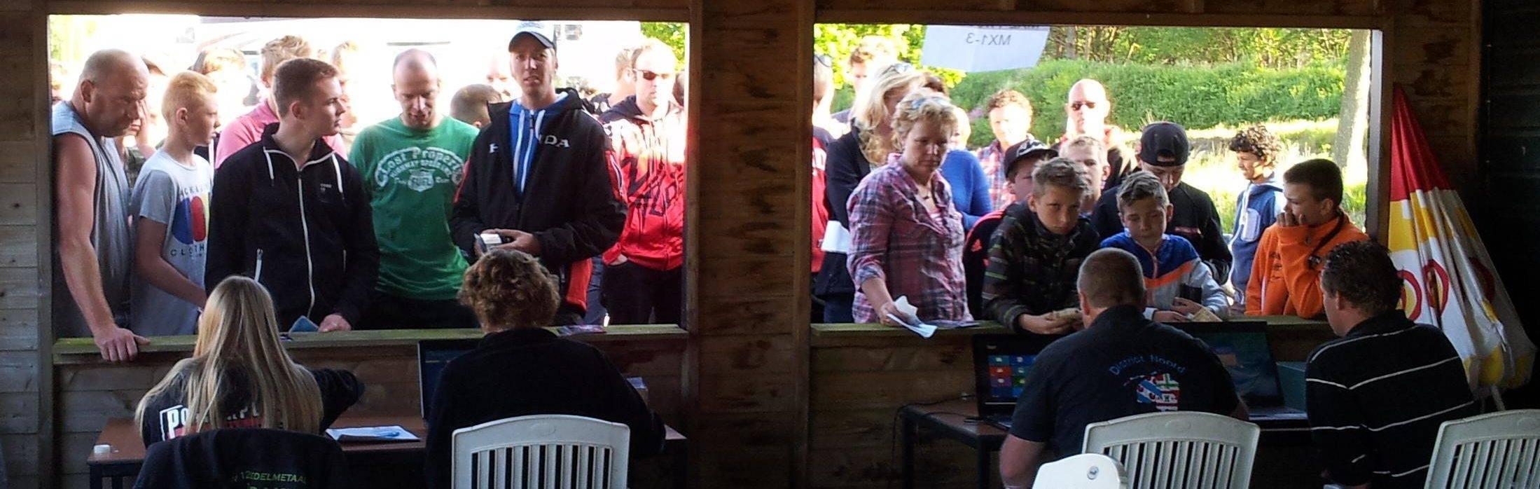 Deelnemers snel inchecken bij de inschrijftafel